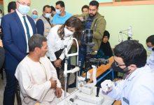 صورة وزيرة الهجرة ومحافظ بني سويف يتفقدان القافلة الطبية في قرية الحرجة بمركز ناصر